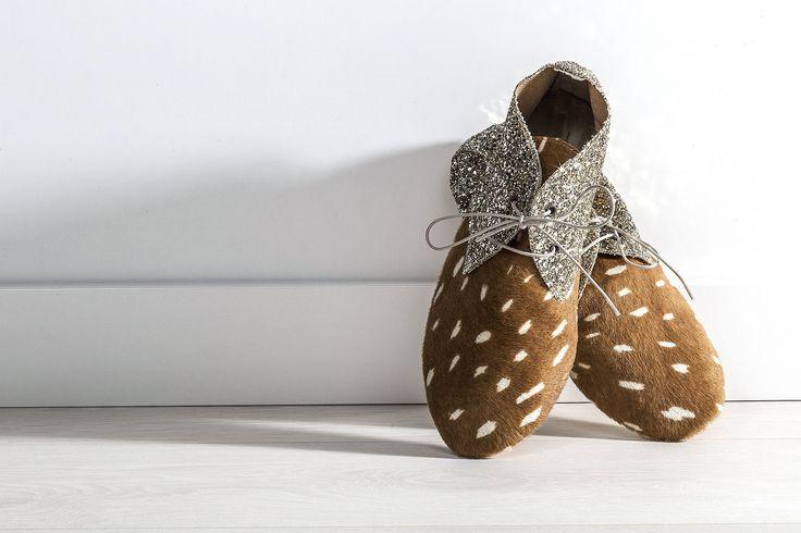 Miękkie buty wykończone naturalną skórą. Sugerujemy zakup mniejszego rozmiaru niż zazwyczaj noszony. Skórzana cholewka, skórzana wkładka. Gumowa podeszwa. Ręcznie szyte. Wyprodukowane we Włoszech.