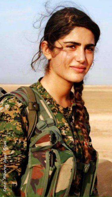Asia Ramazan Antar, classe 1996, si era arruolata nel 2014 tra le file del Ypj, la milizia femminile kurda interna allo Ypg impegnata a combattere lo stato islamico. Asia ha perso la vita a soli vent'anni nel corso di una feroce battaglia contro l'esercito dell'Isis nel nord della Siria, dopo aver p…