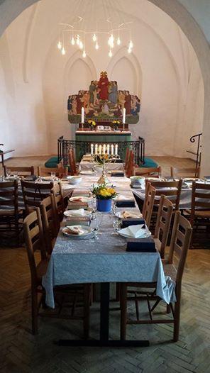 Bordet er dækket i Svenstrup Kirke på Als til Skærtorsdags nadver-fællesspisning. Efter måltidet bedes kollekter, velsignelsen lyses, og under den sidste salme slukkes lysene på alteret, og alt på alteret pakkes væk, så det står tomt til Langfredagens gudstjenesten næste formiddag.