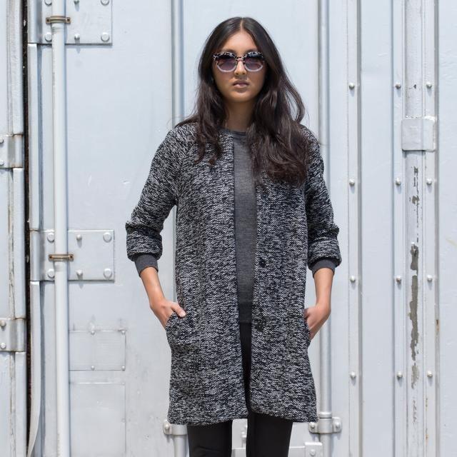 Toute femme suivant la mode se doit d'avoir dans sa garde-robe un exemplaire de la Veste Chloé. C'est en effet le vêtement idéal pour la mi- saison, qui se révèle indémodable grâce à sa coupe simple.Taille: 34-54 Regardez le vidéo GRATUIT