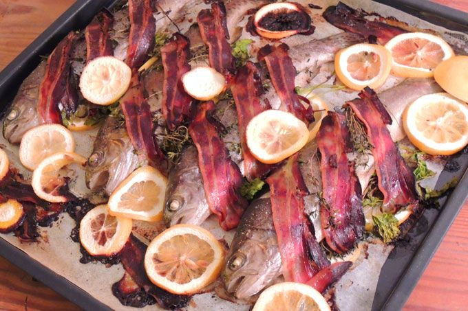 This is a 100% organic recipe for oven-rainbow trout with bacon and lemon, served with potatoes and shallot butter.