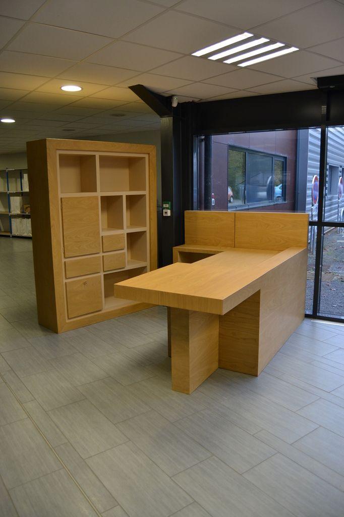 Bureau d'accueil sur mesure en carton, placage châtaignier. Meubles époustouflants de Sandrine : meubles-carton-sur-mesure.com