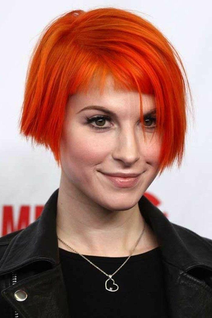 coupe-avec-frange-cheveux-couleur-carotte-coupe-déstructurée