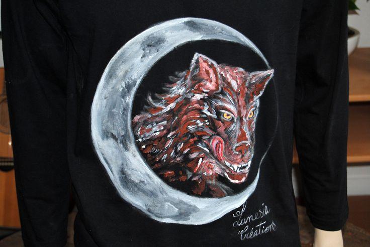 T-shirt homme loup croissant de lune manches longues peinture de la boutique LunesiaCreations sur Etsy