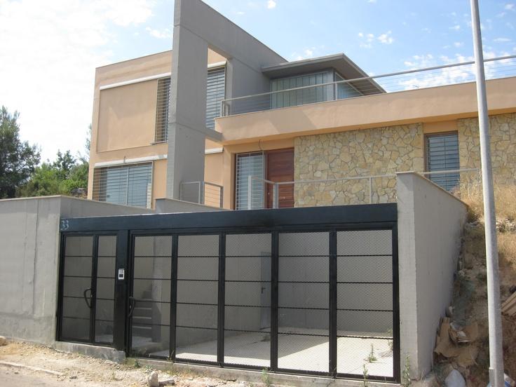 Casas moderno exterior garaje puertas fachada for Fachadas de garajes