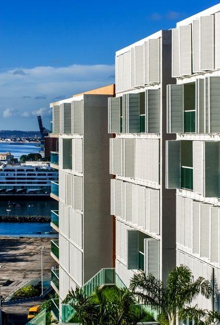 A dinâmica proporcionada pelo movimento constante das portas camarão inseridas nas varandas dos apartamentos fazem alusão aos antigos muraxabis, elementos muito utilizados na arquitetura colonial da cidade.
