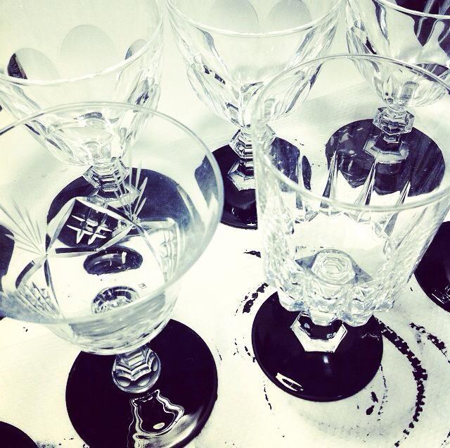 Basi dei bicchieri in vernice lavagna, scrivibili con gessetti colorati: una nuova idea dell'officina creativa di ZOko! Utili come segnaposto per cene o segnabicchieri per party, happy hour, welcome cocktail e inaugurazioni.
