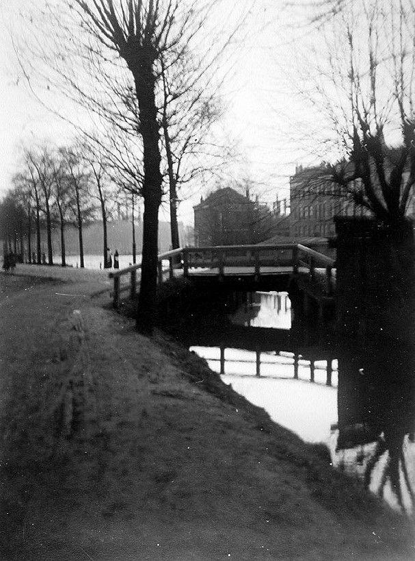 Gezicht op de Rotte, vanaf Linker Rottekade bij Crooswijk, ter hoogte van bruggetje over het Rottegat. Aan de overkant rechts de Zwaanshalskade. Uit het noorden gezien, 1910.