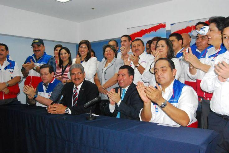 Norman Quijano futuro Presidente de El Salvador en su llegada al TSE para su inscripción oficial como candidato por ARENA.