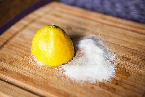 Zašlé dřevěné prkénko snadno vyčistíte za pomoci soli a citronové šťávy. Sůl prostě nasypete na prkénko, pokapete šťávou z půlky citronu a p...