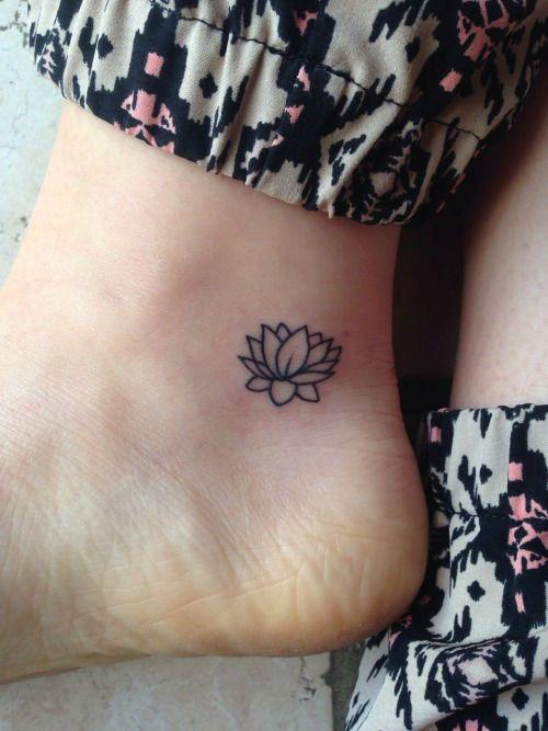Tatuagem de Flor de Lótus - Balckwork Minimalista no Pé