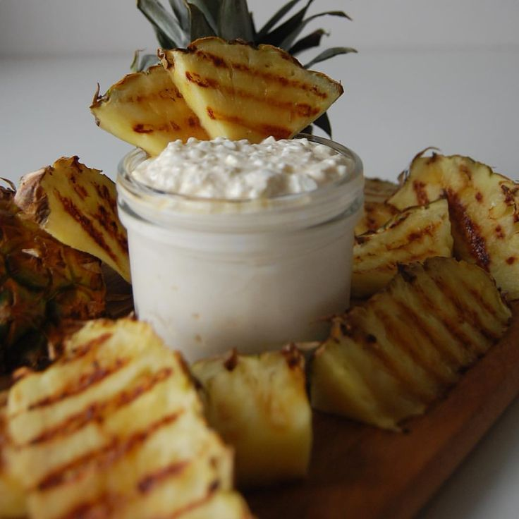 kesofrutti/risifrutti & grillad ananas Recept: 1 dl keso 1 dl laktosfri vanilj-kvarg @lindahlskvarg Vaniljpulver  Blanda ihop. fram med lite bär/frukt eller sylt. #frukost
