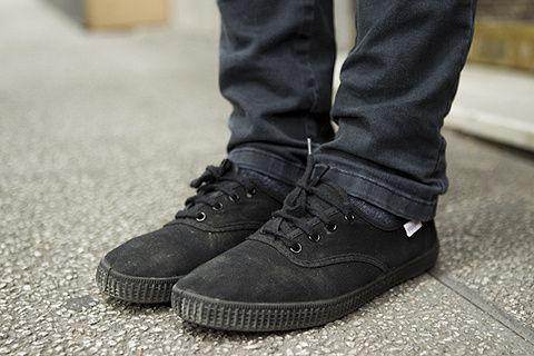 Las zapatillas Victoria son tendencia entre los hombres que les gusta llevar pantalón pitillo. ¿Te gustan? Te recomendamos tiendas para encontrarlas más baratas. #zapatillas #Victoria #100aniversario #moda #hombre
