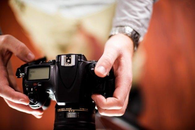 Общее правило для получения резкого изображения при съёмке с рук полнокадровой камерой заключается в использовании скорости затвора равной по крайней мере одной секунде, поделённой на фокусное расстояние объектива. Это означает, что если вы снимаете с 100-миллиметровым объективом, то выдержка должна быть не менее 1/100 с.  Это правило может быть адаптировано для работы с DX-камерами при учёте кроп-фактора (фактора увеличения фокусного расстояния). Например, 100-миллиметровый объектив…