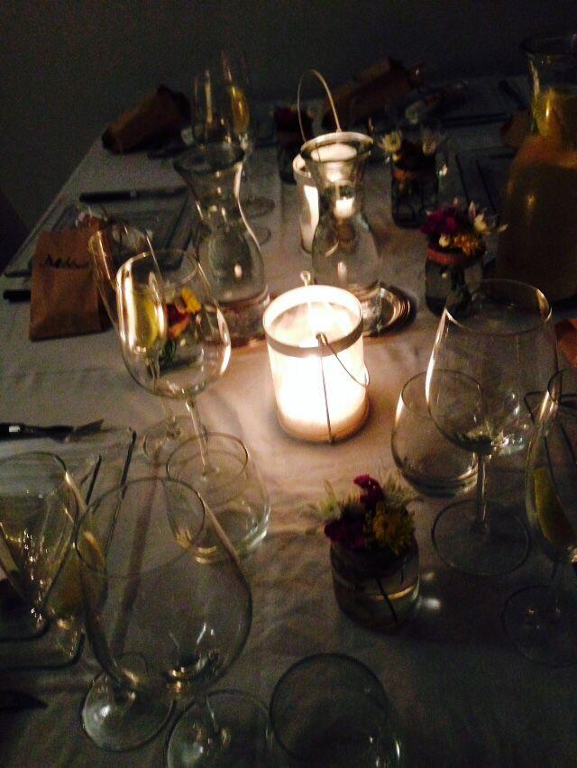 Floreros individuales para indicar el lugar de cada invitado en la mesa. Se puede escribir el vidrio con marcador indeleble