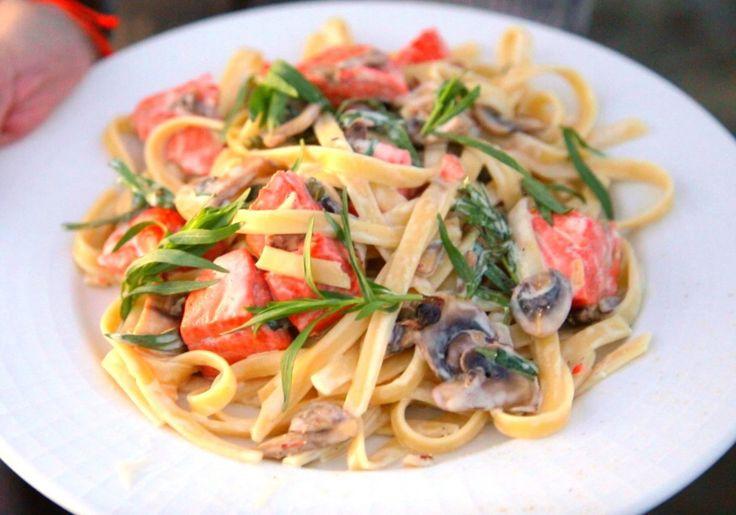 Bart van Olphen, viskenner van het YouTube-kanaal Barts Fish Tales, heeft een wekelijkse rubriek op Culy: Fishy Friday. Vandaag maakt hij een simpele pasta: fettuccine met zalm. Kook de pasta in ruim kokend water met flink wat zout. De tijd hangt af van de soort pasta, kijk daarvoor op de verpakking. Neem de koekenpan en verwarm de boter. Voeg nu de […]