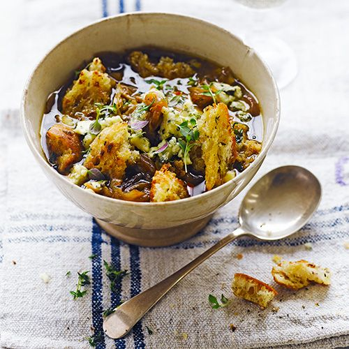 Wil jij een klassieke soep maken? Dan is deze uiensoep uit de Franse keuken perfect! Wil je het helemaal afmaken, rooster dan een broodje met kaas. En serveer op de soep, eetsmakelijk!