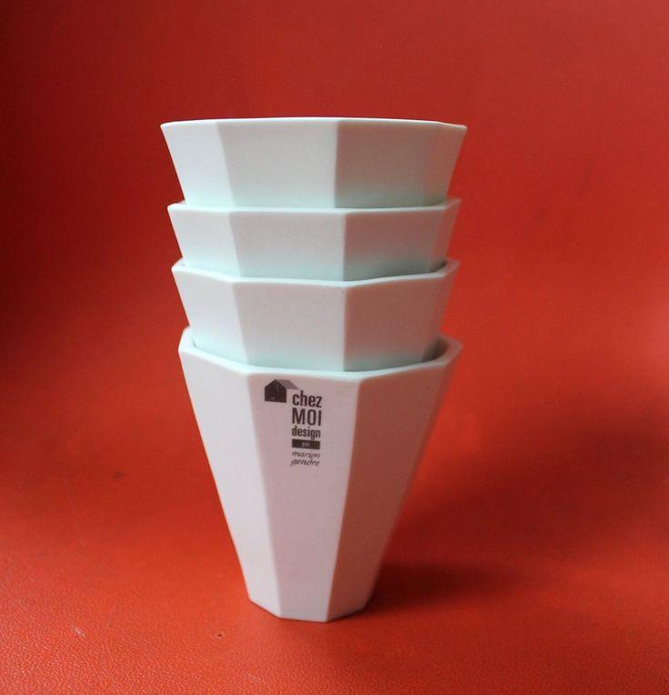 Ennéagone fait partie de la collection POLYGONE. Ennéagone est une tasse (mug) en biscuit de porcelaine blanche, émaillé à l'intérieur pour facilité le nettoyage. Dimensions : 8 cm de diamètre sur 8,5 cm de haut. Cet objet passe au lave vaisselle. Prix de vente : 28€ l'unité