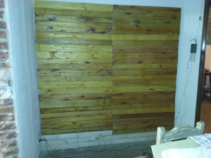 muro con maderas de pallets recuperadas