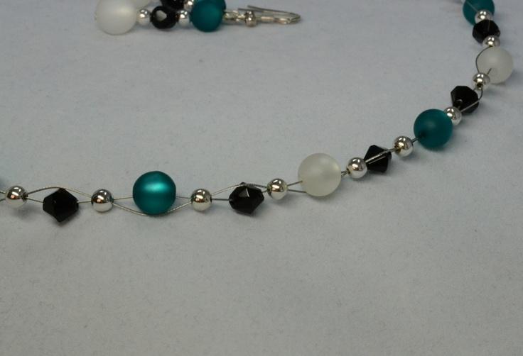 Dieses wunderschöne, sehr edle Schmuckset, bestehend aus einer Halskette und dem passenden Paar Ohrringen, ist ein zauberhaftes Geschenk zum Geburtstag, zum Valentinstag oder einfach so für Zwischendurch! --- aus unserem Dawanda Onlineshop auf: www.schmuck-mg.com