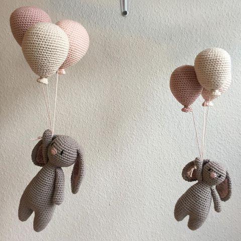 Kaja Kanin i godt selskab med mini Kaja #hækle #hæklet #hækling #crochet #crochetting #crochetaddict #virkning #amigurumiaddict #tingtilbaby #kajakanin #luksusbaby #babystuff #babyshower #babyuro #babymobile #hækleturo #hækletballon #hækletkanin #mfd18