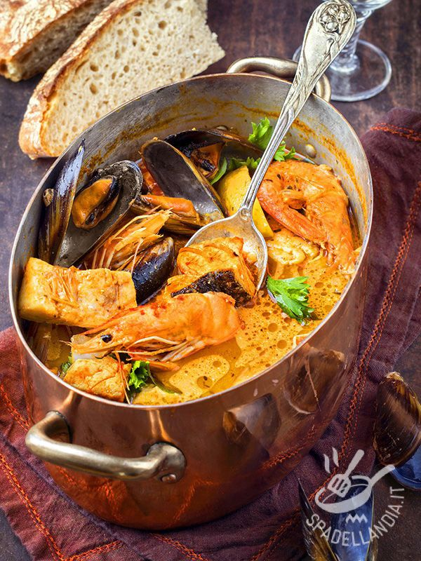 Fish soup with curry - La Zuppa di pesce al curry è un grande classico che fa da piatto unico, ricco e completo come è. Accompagnatela con fette di pane integrale arrostito! #zuppapescecurry