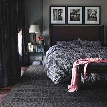 Ademas de que el gris es un color increíble para la habitación, no te pierdas el detalle de las fotos en blanco y negro!