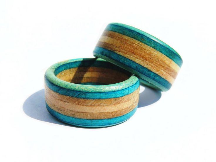 Prsteny vyrobené ze starých skate desek je jedním z nejhezčích využití zlámaných skatů . Vyrábíme několik základních variant ale po emailové dohodě je možno nechat si vyrobit prsten z vlastní desky a z volitelným průměrem.