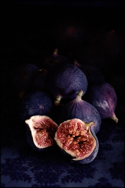 ♥ these colors! We can incorporate figs into the tablescape