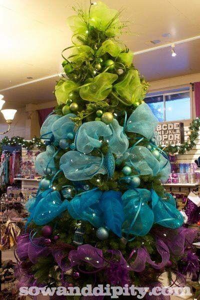 pino decorado con listones de colores