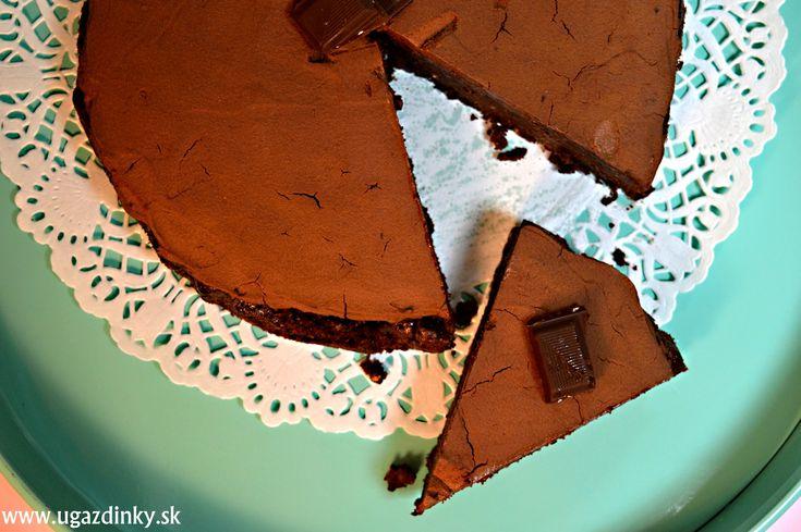 Bezlepková orechová torta je vyrobená bez alergénov lepku, sóje, kukurice, arašidov a rovnako je vyrobená bez použitia akýchkoľvek mliečnych výrobkov, nakoľko som opäť siahla po výrobkoch zbavených laktózy Na bezlepkovú orechovú tortu som použila kombináciu lieskových a vlašských orechov s použitím len jednej bezlepkovej múky a to mandľovej  …