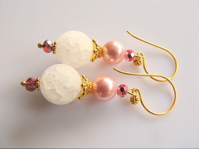 Oorbellen Icy Pink bergkristal iced look met roze shellparel en roze AB kristalglas kraaltjes. geheel goud op zilver