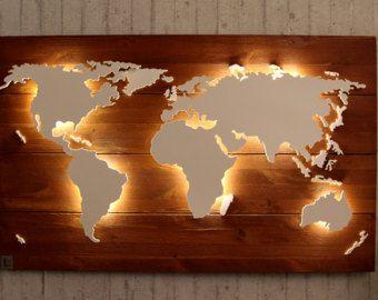 Carte du monde fait main, unique avec effet d'éclairage et de 3D!  Nord et l'Amérique du Sud, Afrique, Eurasie et l'Australie sont un peu élevés et sont éclairés par le dessous avec un subtil effet d'éclairage LED. Îles mineures sont situés plus profondément et sont indirectement illuminés, créant un effet 3D passionnant vient à propos.  Le fond est fait d'une seule pièce: un contreplaqué stable et lumineux «Peuplier», qui offre un grand contraste avec le grain de noyer des continents…