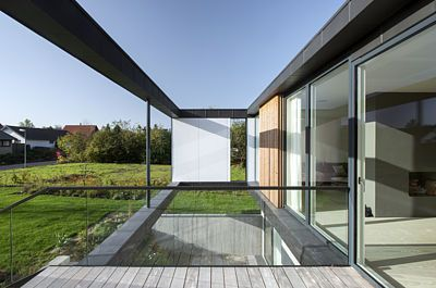 Stěny domu směrem k lesu a od něj jsou maximálně otevřené.