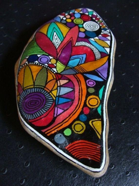 225.Galet aux crayons de couleur dans des tons vifs et multicolores