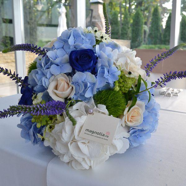 Aranjament floral pentru masa cu trandafiri şi hortensii. Flower centerpiece with roses and hydrangea