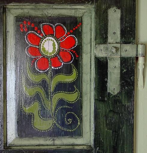 Painted folk motif on a door in a Hungarian farmhouse // Cserépmadár Szállás, Velemér