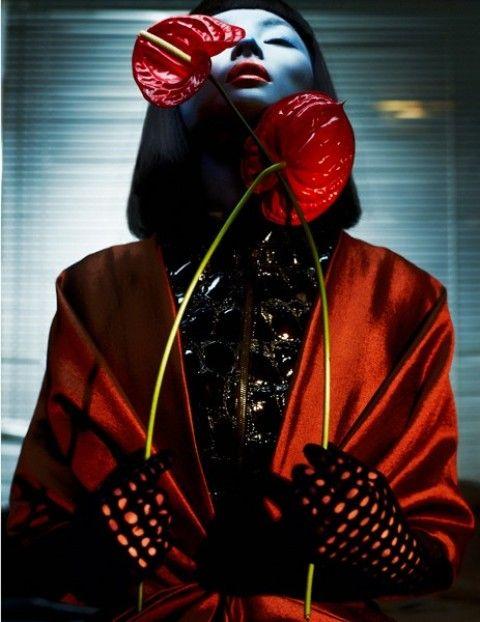 """photo de mode : Txema Yeste, 2012, """"Miao Bin Si"""", Numéro China, rouge sombre, portrait de femme asiatique, 2010s"""