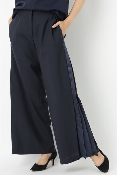 MAISON FLANEUR サイドプリーツ ワイドパンツ  MAISON FLANEUR サイドプリーツ ワイドパンツ 70200 2016SS FIGARO Paris 大胆にサイドにプリーツを施したワイドパンツ 個性的で存在感のある一枚です シンプルなTシャツに合わせるだけで普段のスタイルをクラスアップしてくれます ヒールに合わせてスタイル良く着こなして MAISON FLANEUR(メゾン フラネウール) フランスの作家/詩人ボードレールがエドガーアランポーの小説群衆の人に触発されて見いだした遊歩者や芸術道楽の意味を持つ言葉FLANEUR から着想したコレクションです クリエーションの豊かさ製品のクオリティーが身につける人々のパーソナリティーを色濃く映し出すようなベーシックアイテム決して色あせることなく代々家庭のワードローブとして受け継がれていきその着用感経年変化した表情もが身につける人の行きた時間とパーソナリティーを表していきます モデルサイズ:身長:166cm バスト:80cm ウェスト:58cm ヒップ:82cm 着用サイズ:38