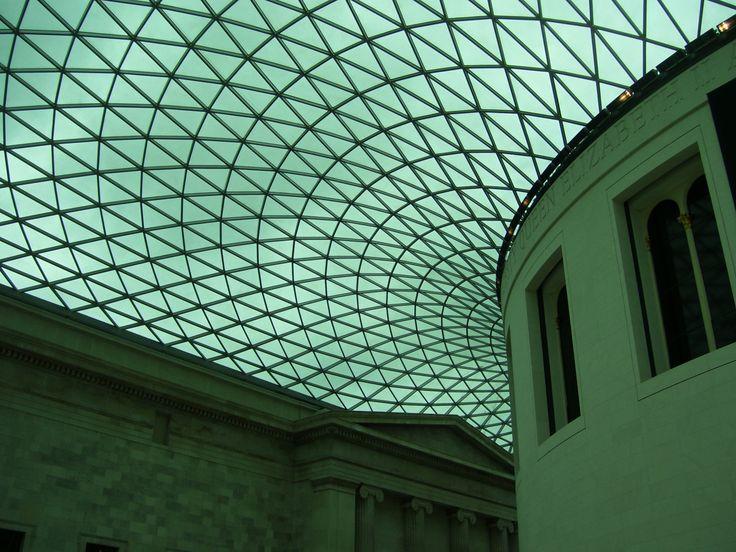 """Foto 8: """"Als sie den Great Court betraten, öffnete sich ihnen der Zugang zu einer anderen Welt. Die riesige Glaskuppel ließ das Licht in den fast weißen Raum fluten. Sie wurde von Metallzweigen durchzogen, die den Himmel in viele kleine Puzzleteile zerlegte, ohne das Gesamtbild zu zerstören. Einst hatte sich hier der freie Innenhof des Britischen Museums befunden, der nun aufwendig in einen Empfangssaal mit einem Museumsshop, einem Restaurant und Ausstellungsräumen umgewandelt worden war."""""""