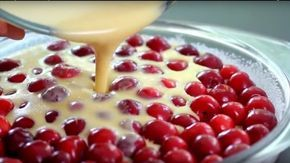 Alulra teszed a meggyet, és arra öntöd a tésztát!  Hozzávalók:  60 dkg magvazott meggy 4 tojás 10 dkg liszt 10 dkg kristály cukor + a…