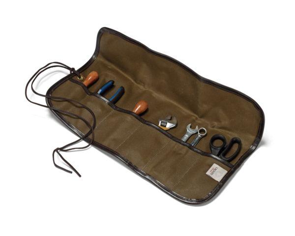 Denne værktøjsrulle er simpelthen designet til at have plads til 6 stykker værktøj, men har vist sig at være populær hos samlere af ure og fyldepenne. Læderkant