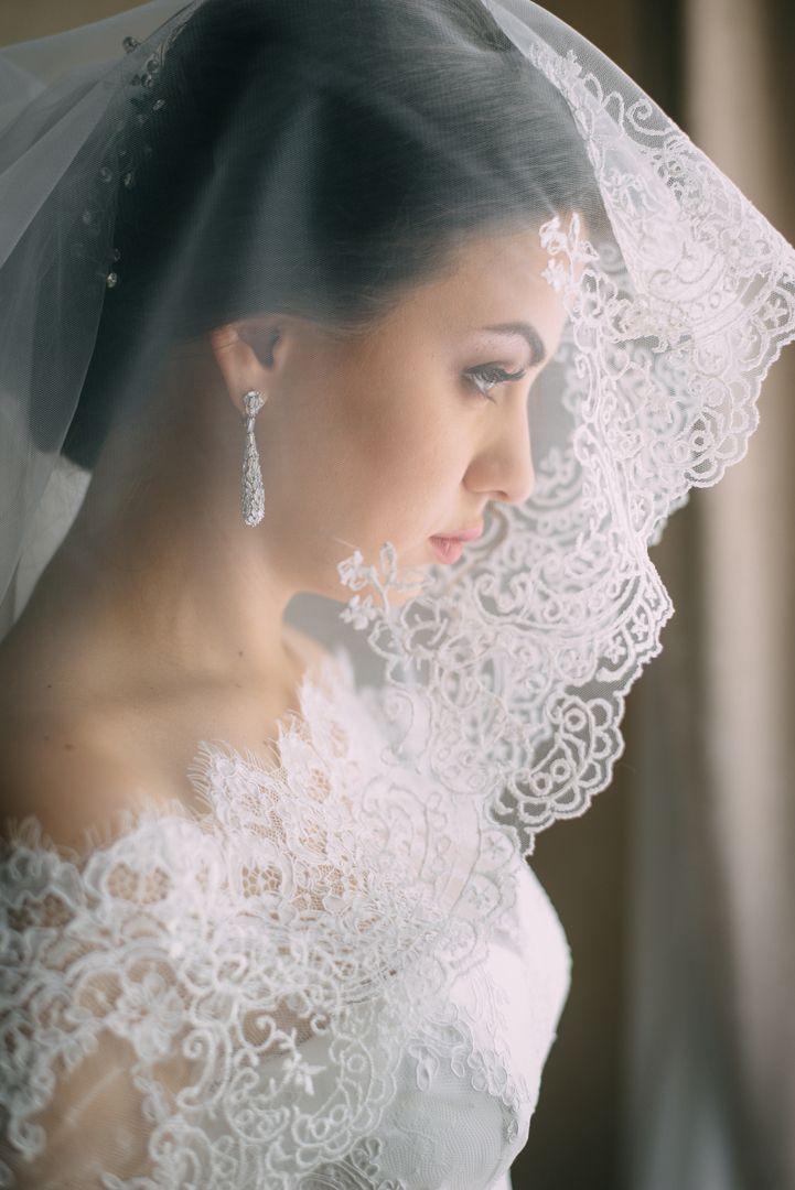 Модно ли сейчас одевать фату? . Несмотря на то, что фата утрачивает свое традиционное значение, и с каждым годом, все больше невест не хотят ее одевать. Многие невесты все-таки предпочитают использовать этот аксессуар или его аналоги. Лично мое мнение - фата придает нежности и загадочности невесте, но использовать ее стоит исходя из общей стилистики свадьбы. . Безусловно, можно обойтись и без фаты, тем более, если невеста подобрала лаконичное короткое платье по фигуре. Но если вы все таки…