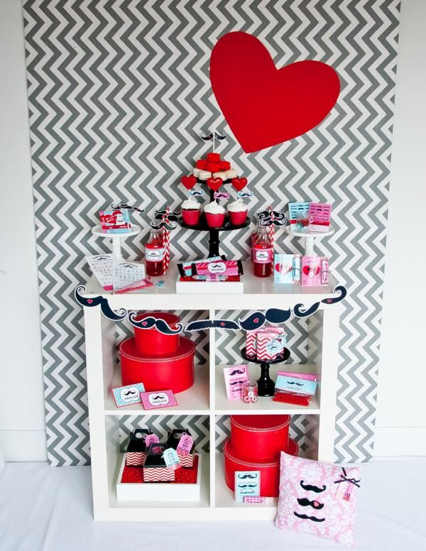Un San Valentín moderno, con chevron y... ¿bigotes? Via blog.fiestafacil.com / A modern St. Valentine's party, with chevron and... moustaches? Via blog.fiestafacil.com: Valentine'S Day, For Kids, Mustache Valentines Parties, Parties Wagon, Valentines Day Parties, Valentine'S S, Mustache Valentines Day, Parties Ideas, Moustache Parties