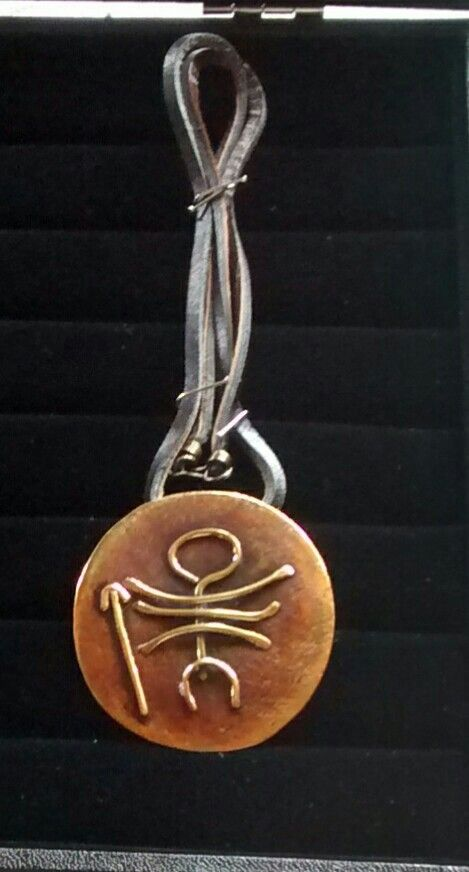 Medallón de cobre envejecido , con imagen de pretroglifo de indigenas chiquillanes  en bronce exclusivo una pieza.$ 30.000.