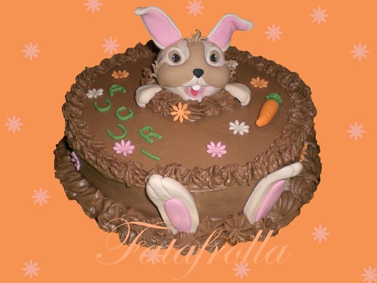 Il coniglietto Pasquale.  Farcitura al cioccolato e copertura con ganache al cioccolato al latte, decori in pasta di zucchero.
