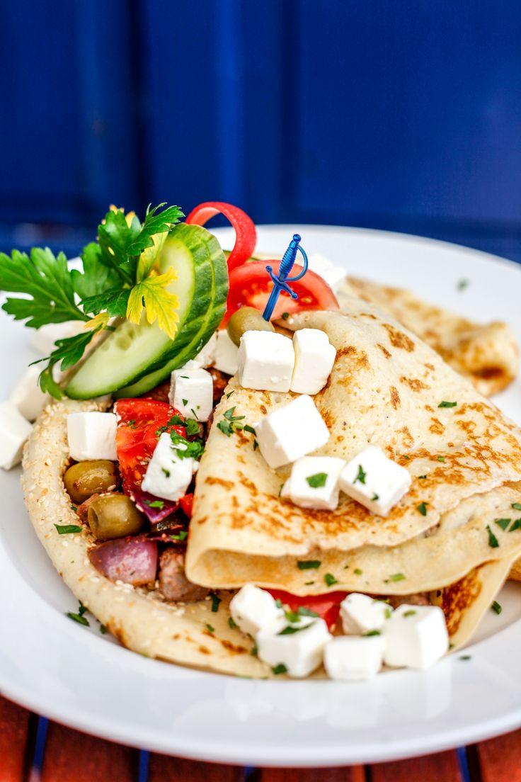 GÖRÖGORSZÁG A görög Istenek országában elkerülhetetlen Zeusz ízlésének kipróbálása. A fűszeres gyros, a helyi olívabogyó, sok mediterrán zöldség palacsintatésztába pirult szezámmagtengerrel az igazi.  Ráadásul az igazi Hellász életérzést a sós Feta sajt és a fokhagymás Tzatziki szósz teszi teljessé.