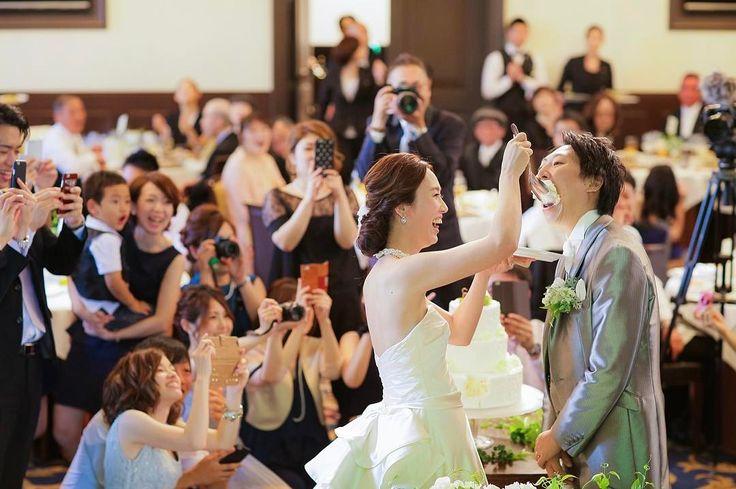 ゲストの姿がばっちり写る♡ファーストバイトは『高砂後ろ』からの構図で撮影してもらうのが正解! | marry[マリー]