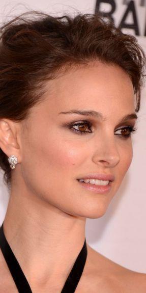 Natalie Portman vs Amber Heard : les boucles d'oreilles rose de Dior
