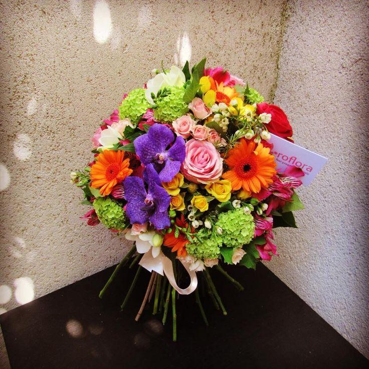 So much #color ! #flowerstagram #flowers #bouquet #gerbera #summerflowers #onlineflowershop #onlineflorist #flowermagic #flowerstalking #instaflower #instaflowers #instalike #joy #delivery #flowerporn #❤️
